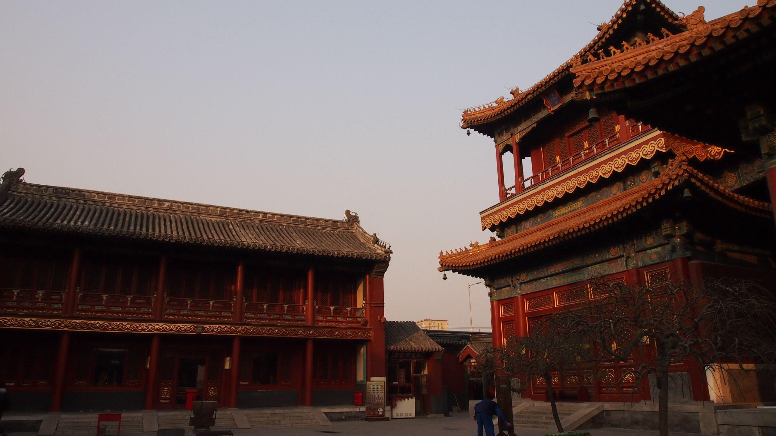 两旁则刻有由紫檀木雕成的五百罗汉壁画
